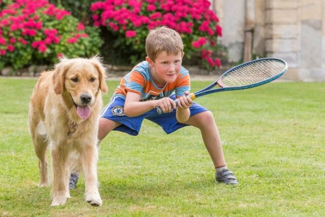 Raquette & chien avec garcon